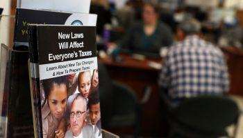 Last Minute Filers Scramble To Finish Taxes Ahead Of Tax Day Deadline Tomorrow