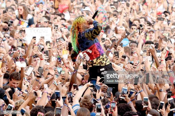 tekashi-6ix9ine-performs-in-the-crowd-during-the-2018-made-in-america-picture-id1026031200