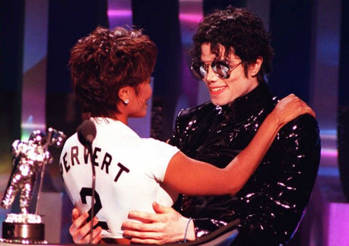 Singer Michael Jackson (R) hugs sister Janet after